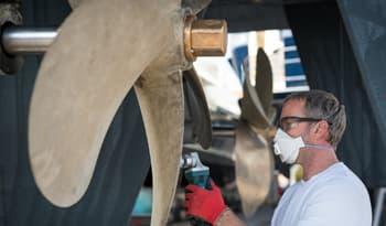 Pulir helice barco en Sitges